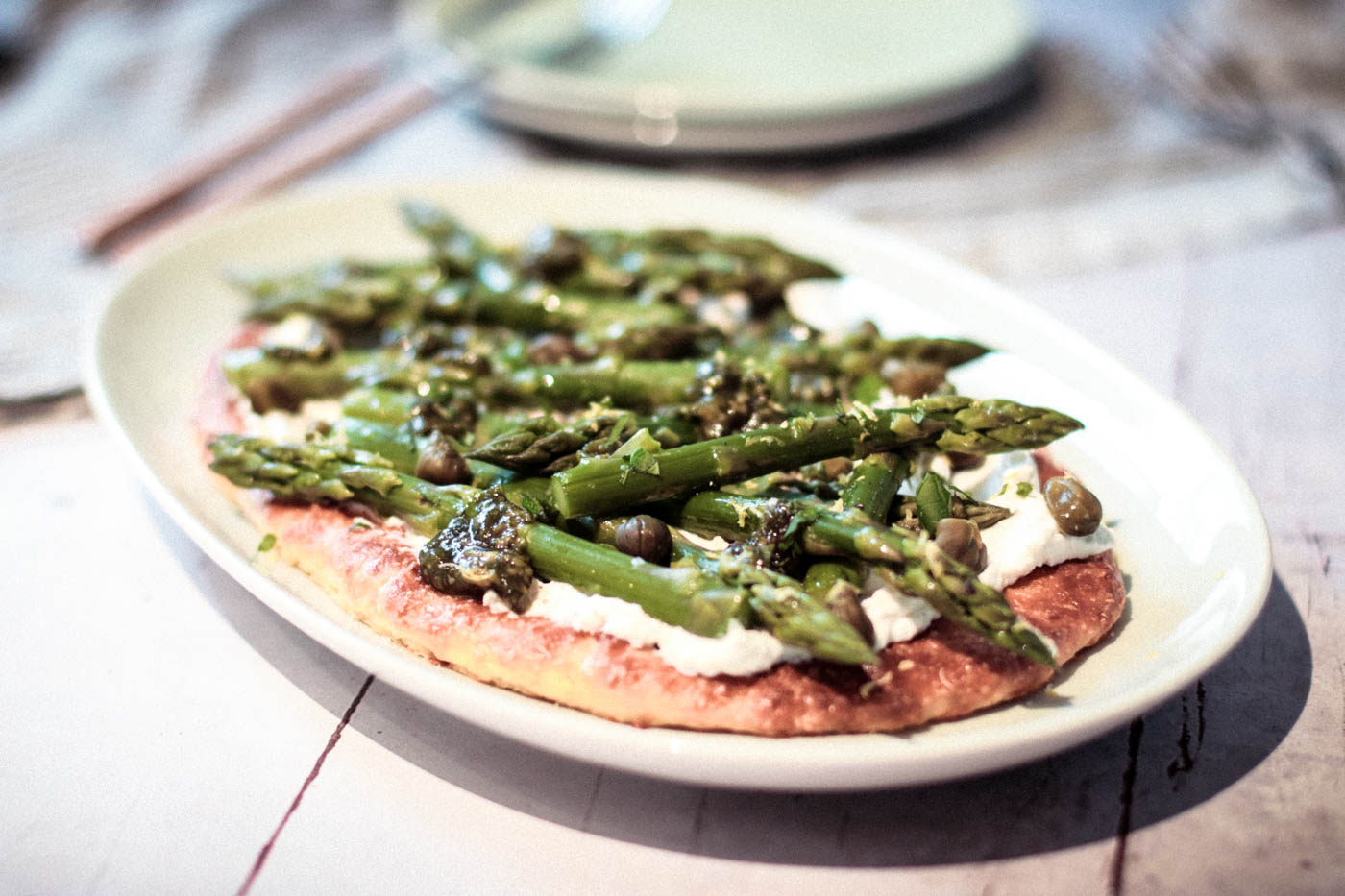 {Low-carb} Flatbread with Asparagus, Lemon and Mint